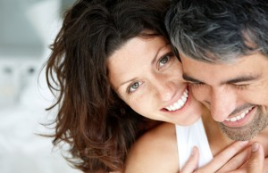 ältere Fraue mit jungem Mann